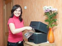 De vrouw gebruikt luchtbevochtiger Stock Foto