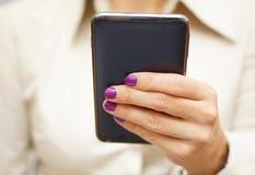 De vrouw gebruikt slimme mobiele telefoon Royalty-vrije Stock Afbeelding