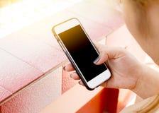 De vrouw gebruikt zijn Mobiele Telefoon openlucht, omhoog sluit Royalty-vrije Stock Foto's