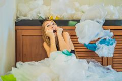 De vrouw gebruikte teveel plastic zakken dat zij de volledige keuken opvulden Nul afvalconcept r stock foto's