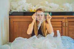 De vrouw gebruikte teveel plastic zakken dat zij de volledige keuken opvulden Nul afvalconcept r royalty-vrije stock afbeelding