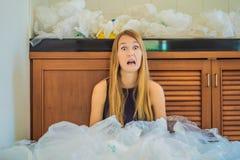 De vrouw gebruikte teveel plastic zakken dat zij de volledige keuken opvulden Nul afvalconcept r royalty-vrije stock afbeeldingen