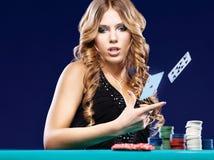 De vrouw geeft in een kaart het gokken gelijke op Stock Foto's