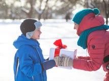 De vrouw geeft Kerstmis huidige jongen stock afbeelding