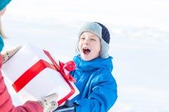 De vrouw geeft Kerstmis huidige jongen royalty-vrije stock foto