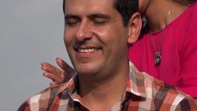 De vrouw geeft Man Schoudermassage stock videobeelden