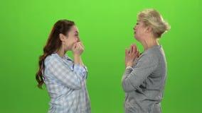 De vrouw geeft de sleutels aan haar dochter Het groene scherm Zachte nadruk Langzame Motie stock videobeelden