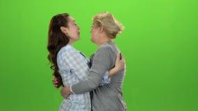 De vrouw geeft de sleutels aan haar dochter Het groene scherm Zachte nadruk Langzame Motie stock video