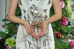 De vrouw is gekleed in een slimme kleding houdend een hert Vrouwelijke handen royalty-vrije stock afbeeldingen