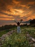 De vrouw geniet de zomer van zon stock afbeelding