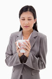 De vrouw geniet van de geur van haar verse koffie Stock Fotografie