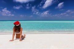 De vrouw geniet van haar tijd van de de wintervakantie op een tropisch strand royalty-vrije stock afbeelding
