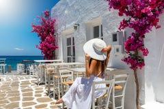 De vrouw geniet van het plaatsen op de Eilanden van Cycladen Griekenland stock foto
