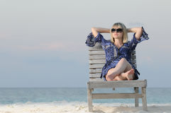De vrouw geniet van kalmte Stock Foto's