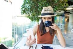 De vrouw geniet van koffie in koffie royalty-vrije stock afbeeldingen