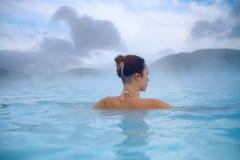 De vrouw geniet van kuuroord in de geothermische hete lente royalty-vrije stock fotografie