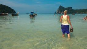De vrouw geniet van lopend langs het water bij Krabi-Strand, Thailand Stock Foto
