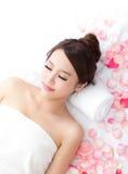 De vrouw geniet van massage bij kuuroord stock afbeelding