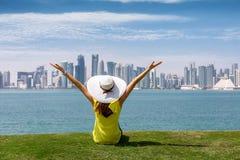De vrouw geniet van de mening aan de horizon van Doha, Qatar royalty-vrije stock fotografie
