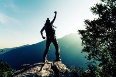 De vrouw geniet van de mening over klippenrand Stock Fotografie