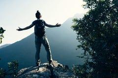 De vrouw geniet van de mening over klippenrand Royalty-vrije Stock Foto