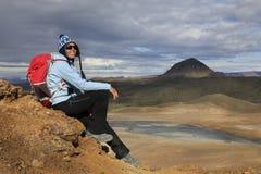 De vrouw geniet van overweldigend meningen van Ijslands landschap Royalty-vrije Stock Foto