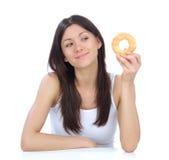 De vrouw geniet van zoete doughnut Royalty-vrije Stock Foto