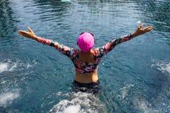 De vrouw geniet van zwembad Stock Fotografie