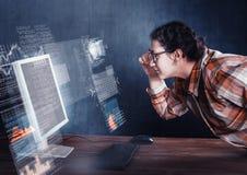 De vrouw in gezicht aan computer royalty-vrije stock afbeeldingen