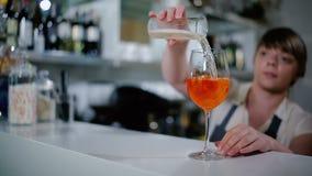 De vrouw giet een drank in een glas stock footage