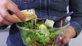 De vrouw giet saus in plantaardige salades dichte omhooggaand stock footage