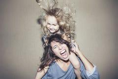 De vrouw gilt en debatteert met een kind op zijn schouders cli royalty-vrije stock foto's