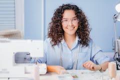 De vrouw is goed bij borduurwerk favoriete overeenkomst hobby royalty-vrije stock fotografie