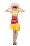 De vrouw in grappige fonkelende gele die kleding op wit wordt geïsoleerd Stock Foto