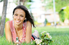 De vrouw in groen park, muziek en ontspant Royalty-vrije Stock Foto's
