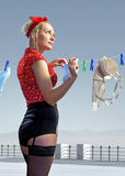 De vrouw hangt uitgewassen ondergoed Stock Foto