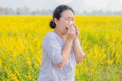 De vrouw heeft allergie bij bloemgebied stock afbeelding