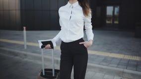 De vrouw heeft een vraag met haar bagage bij de luchthaven stock videobeelden