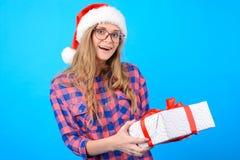 De vrouw heeft Kerstmisprijs gewonnen Zij is verbaasd en verrast zij royalty-vrije stock foto's