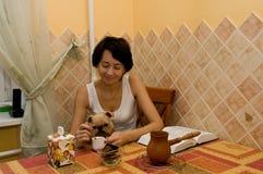 De vrouw heeft koffie op keuken Royalty-vrije Stock Foto's