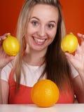 De vrouw heeft pret met vruchten Stock Afbeeldingen