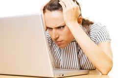 De vrouw heeft probleem met laptop royalty-vrije stock foto