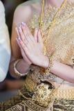 De vrouw heft handen op om Boedha te aanbidden Stock Afbeeldingen