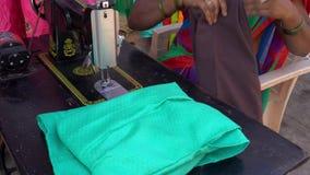 De vrouw herstelt kleren stock videobeelden