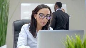 De vrouw in het bureau denkt een idee op de achtergrond van een commerciële vergadering stock video