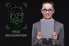 De vrouw in het concept van de gezichtserkenning stock fotografie