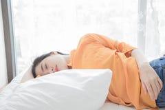 de vrouw is het gelukkige liggen op bed Royalty-vrije Stock Afbeelding