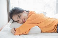 de vrouw is het gelukkige liggen op bed Stock Foto's