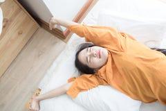 de vrouw is het gelukkige liggen op bed Stock Foto