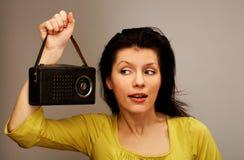 De vrouw is het luisteren radio Royalty-vrije Stock Afbeelding